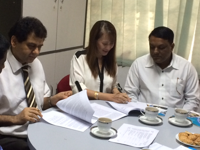 2013 11 08 BRITISH COUNCIL AND AIUB SIGNED CONTRACT FOR CONSULTANCY SERVICES
